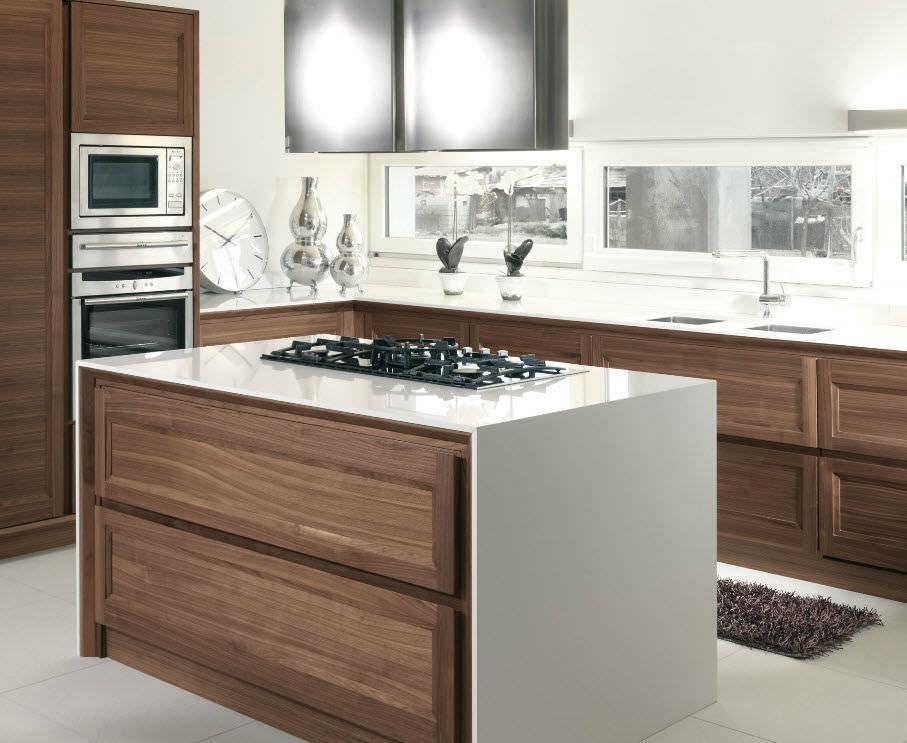 Cucina moderna / impiallacciata in legno / con isola / con ...