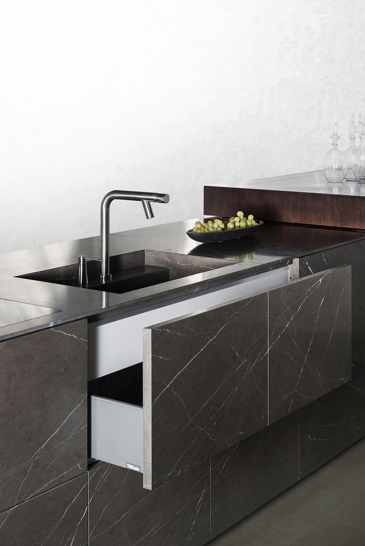 Cucina moderna / in pietra / con isola / senza maniglie ...