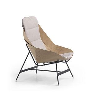 poltrona design originale / in tessuto / impiallacciata in legno / in acciaio laccato