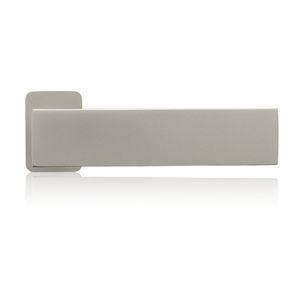 maniglia per porta in metallo