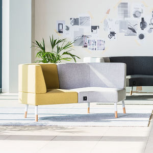 divanetto imbottito modulare / moderno / in legno / in tessuto