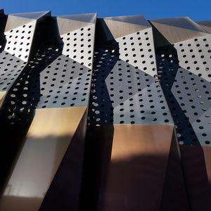 rivestimento di facciata a cassetta / in alluminio / perforato / 3D