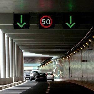 pannello segnaletico stradale sospeso