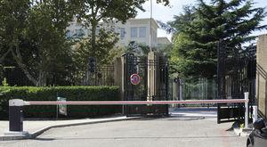 barriera per strada / a sollevamento / in metallo / per spazio pubblico