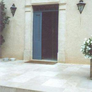 cornice di porte in pietra