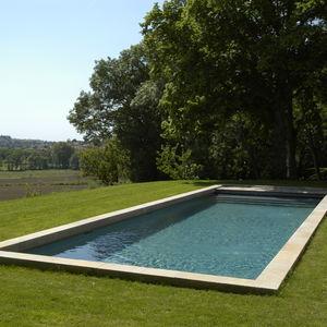 bordo di piscina in pietra naturale