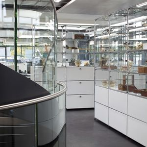 vetrina moderna / in vetro / in MDF laccato / in metallo