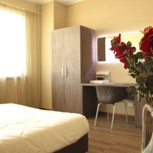 armadio moderno / in legno / con ante battenti / per hotel