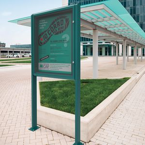 cartello pubblicitario con piedi alti