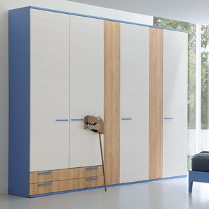 armadio moderno / in legno laccato / a porte scorrevoli / con ante battenti