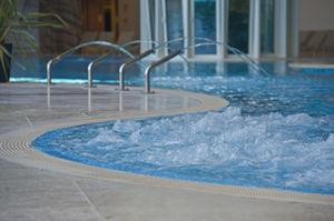 piscina interrata / in calcestruzzo / per centri benessere / a onde