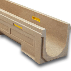 canaletta per campo sportivo / in calcestruzzo a polimeri / con griglie / con pendenza