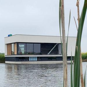 casa flottante / moderna / con terrazza