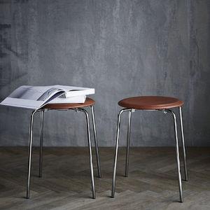 sgabello moderno / in pelle / in acciaio con rivestimento a polvere / di Arne Jacobsen