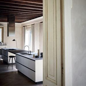 cucina moderna / impiallacciata in legno / in gres porcellanato / con isola