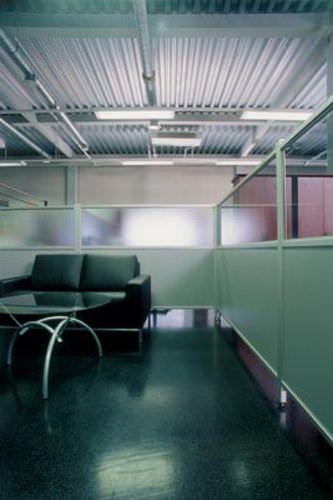 divisorio per ufficio a pavimento / in alluminio / semivetrato