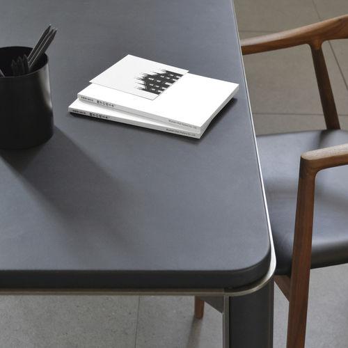 tavolo moderno / in acciaio galvanizzato / in pelle / con supporto in acciaio galvanizzato