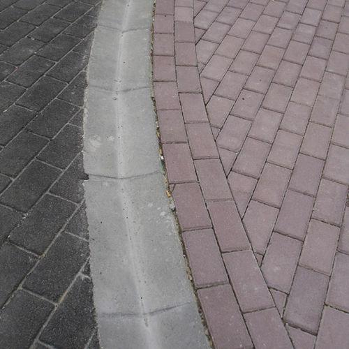 canaletta in calcestruzzo / a doppia pendenza / modulabile / stradale