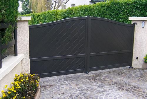cancello battente / in alluminio / a lamelle / per uso residenziale