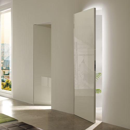 porta da interno / battente / a bilico con asse laterale / in legno