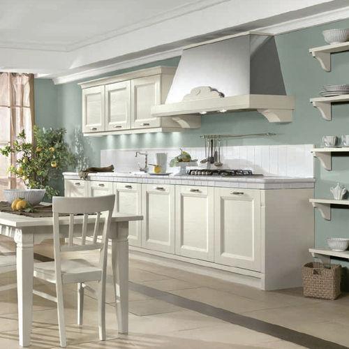 cucina classica / in legno / laccata / con impugnature