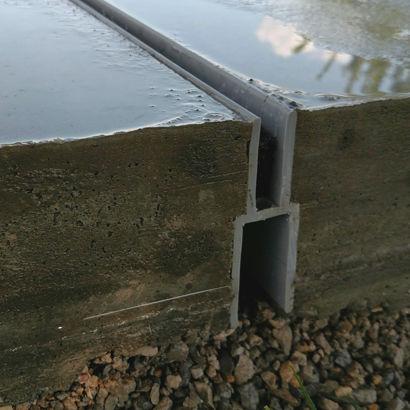 canaletta in alluminio / in materia plastica / a fessura centrale / stradale