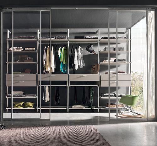 cabina armadio moderna / in legno laccato / con porta scorrevole