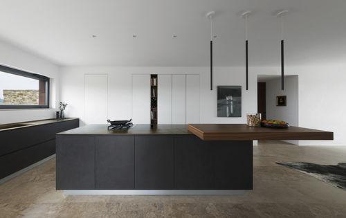 cucina moderna / in legno / con isola / senza maniglie