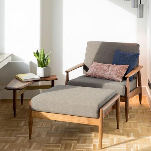 poltrona classica / in tessuto / in legno massiccio / con braccioli