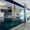 piscina seminterrata / in vetro / in acciaio inox / a straripamento