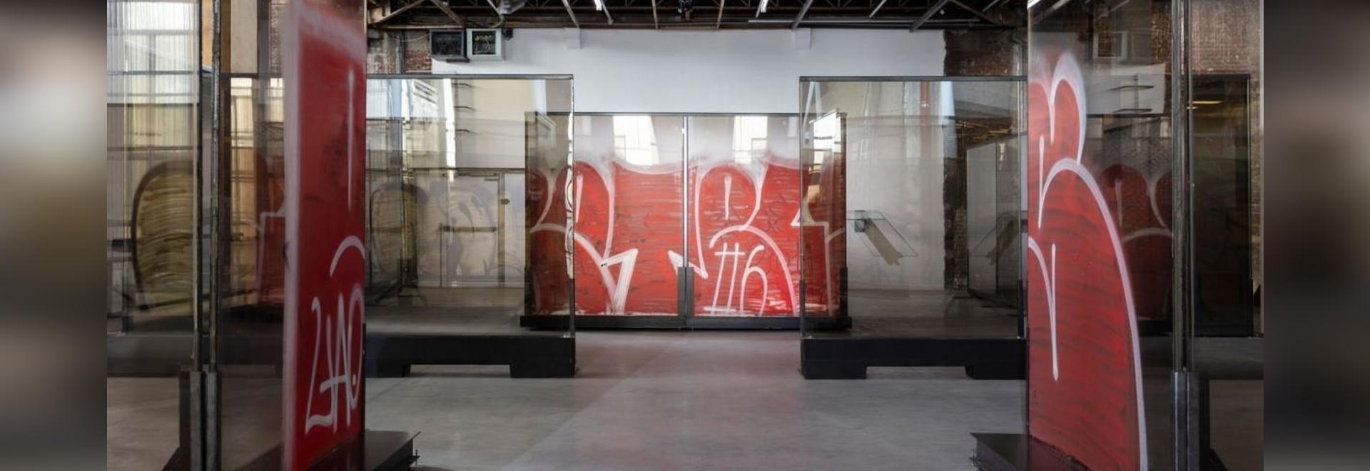 """Anne Imhof, """"Natures Mortes"""" (2021), vista della mostra, Palais de Tokyo, Parigi. Fotografia: Andrea Rossetti. Per gentile concessione dell'artista, Galerie Buchholz e Sprüth Magers"""