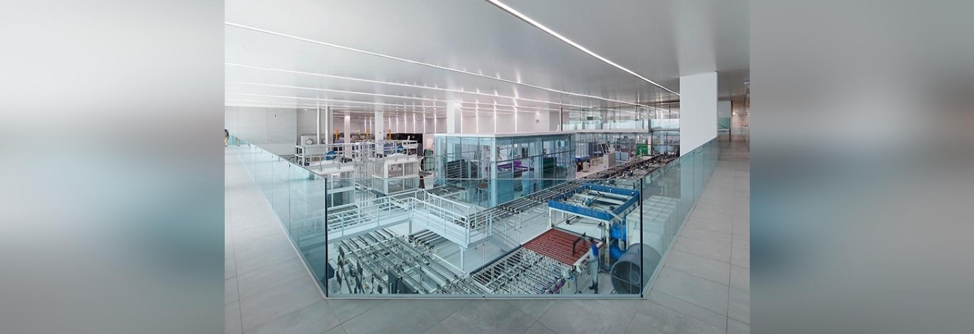 l'architettura vuota completa la fabbrica dei eGlass di AGP a Lima