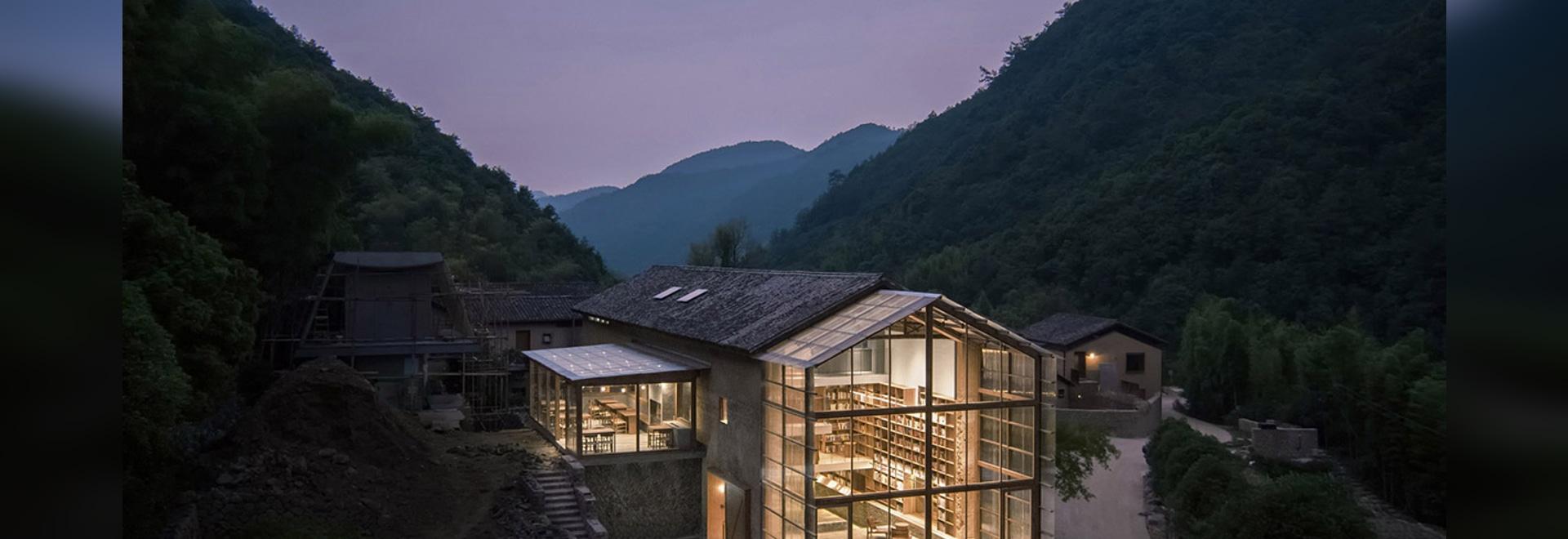 Atelier Tao+C converte il vecchio edificio in un hotel a capsula con pannelli di policarbonato ondulato in Cina