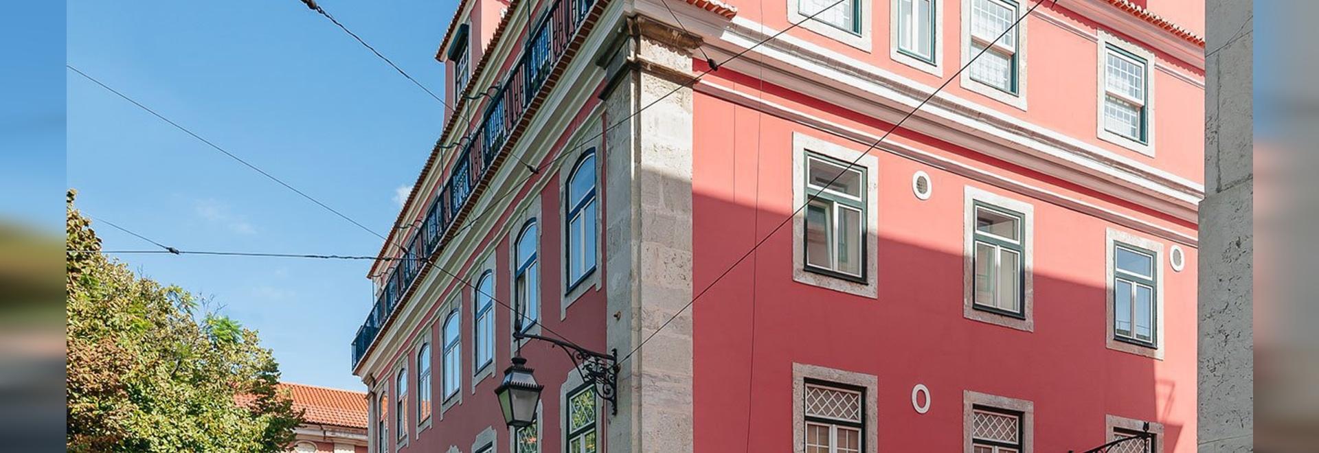 Aurora Arquitectos Ristrutturare un appartamento storico di Lisbona con Aplomb minimalista