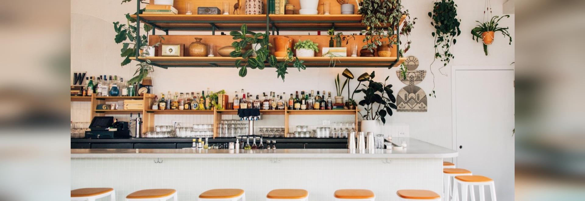 Bar West a Portland, con gli sgabelli TOOU Bar con seduta imbottita.