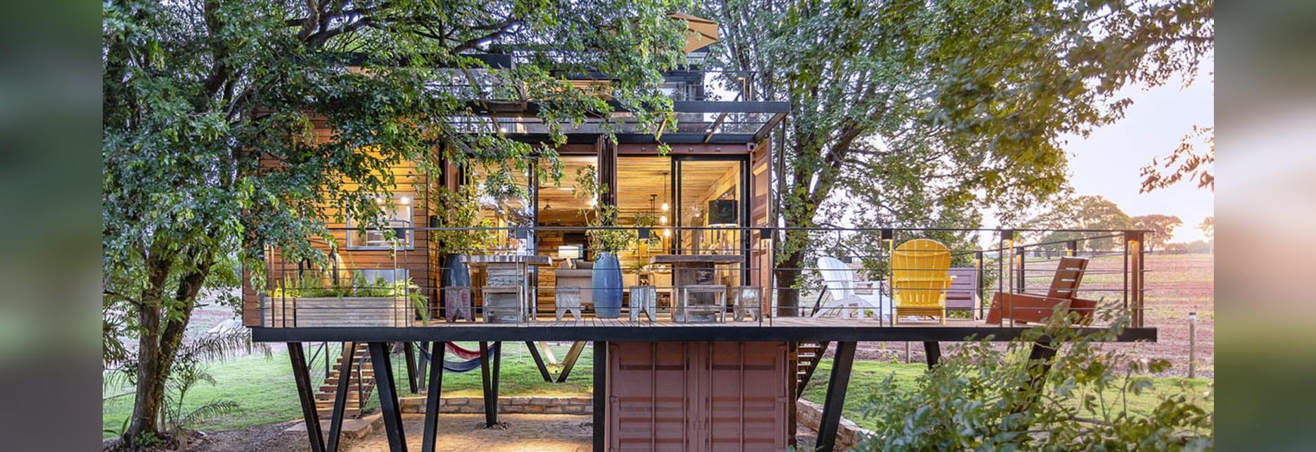 Casa Container Marília ha costruito una casa container autosufficiente, costruita su pilastri di metallo in Brasile