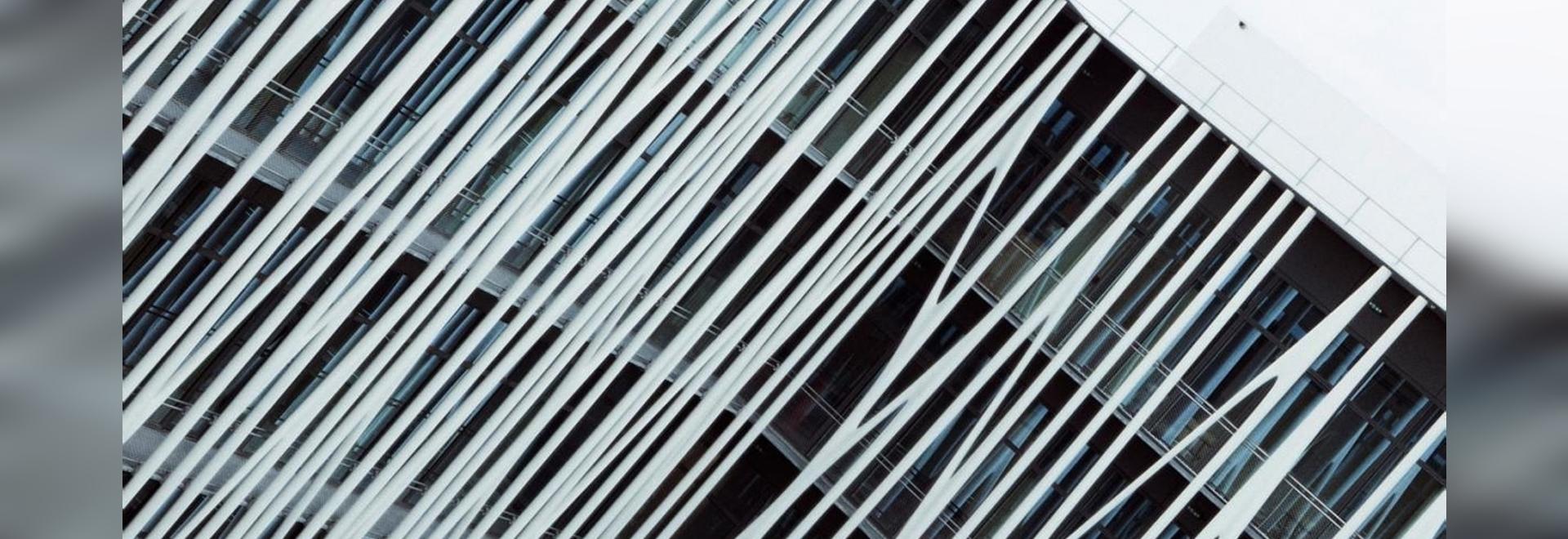L'edificio Chanel 19M a Aubervilliers, Parigi, progettato da Rudy Ricciotti e avvolto da 231 strutture filiformi di cemento bianco, è il nuovo quartier generale degli atelier dei mestieri d'arte de...