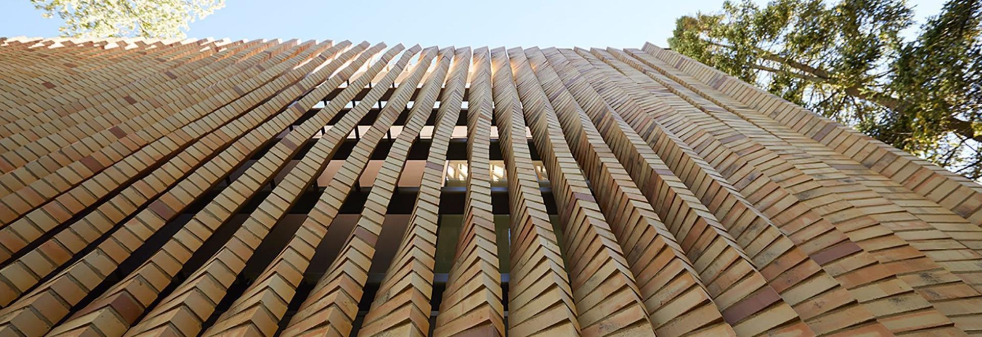 la facciata di questa casa di chicago vanta una serie di colonne di mattoni a torsione