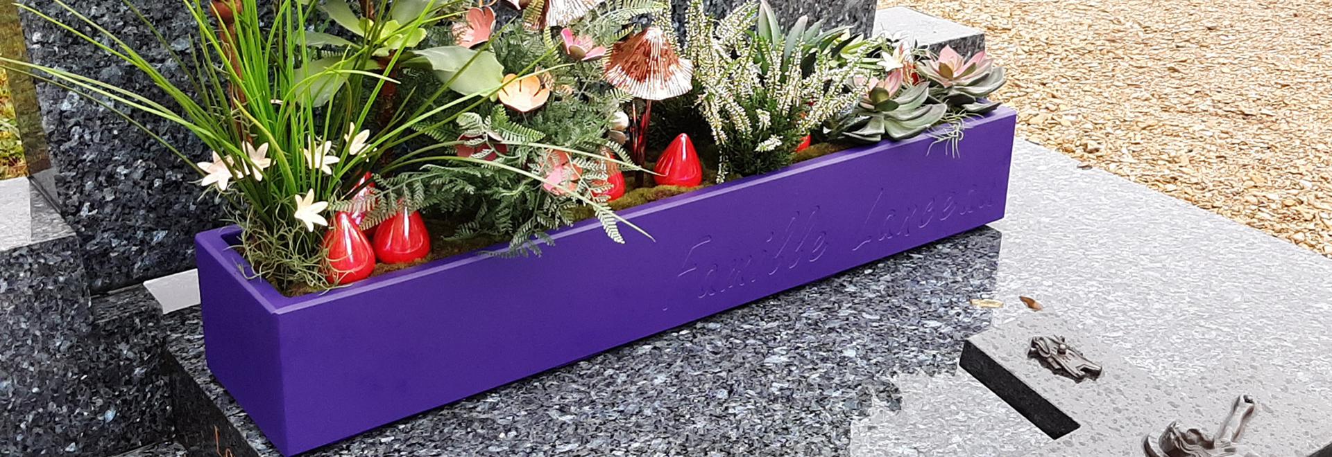 Fioriere durevoli e personalizzate per decorare le tombe