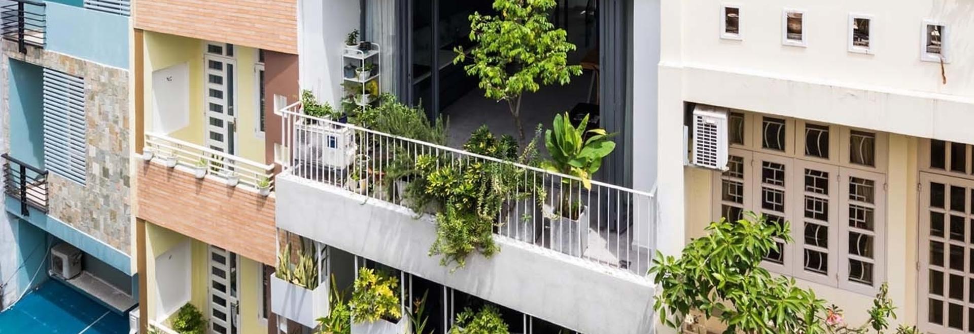 Le fioriere integrate aggiungono privacy e verde all'esterno di questa casa