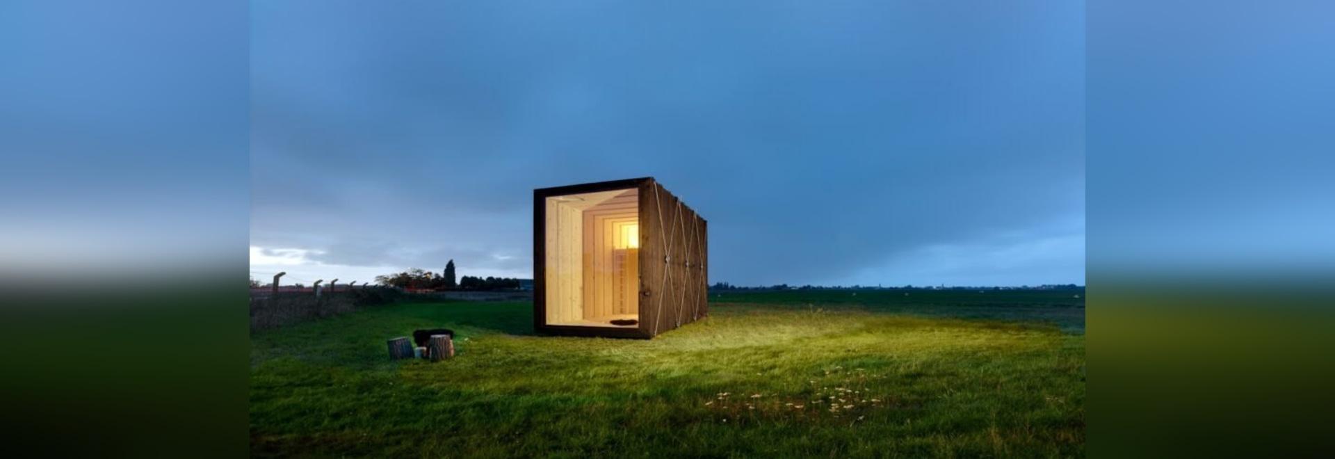 Minimalista, la cabina minuscola in legno massiccio è di soli 129 piedi quadrati