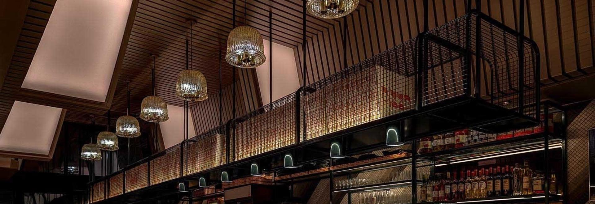 Il modello di piastrelle diagonale trovato in tutto questo ristorante è una caratteristica di design notevole
