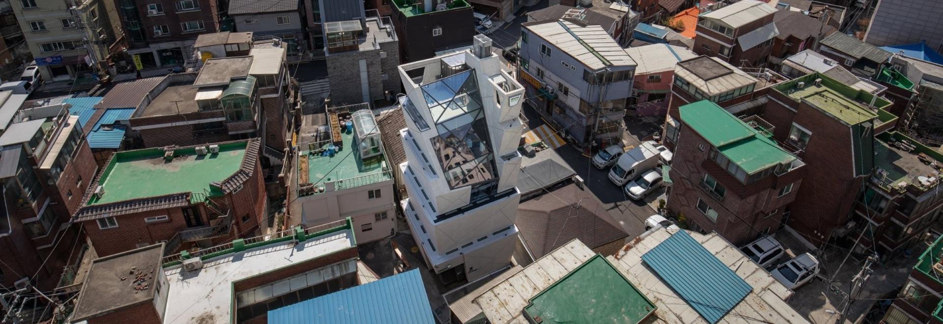 moon Hoon manipola una pila di 'secchi' per l'olio di sesamo HQ in seoul