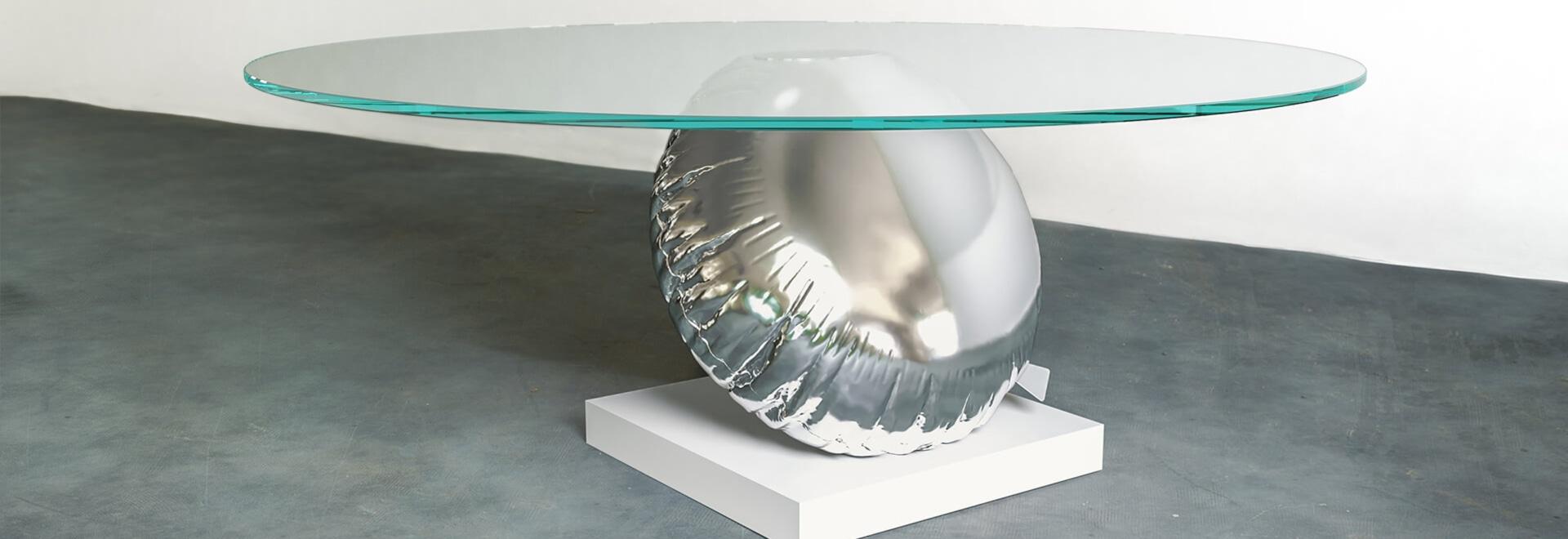 Tabella di Duffy London Has Designed A che è un'interpretazione allegra di galleggiabilità e di equilibrio