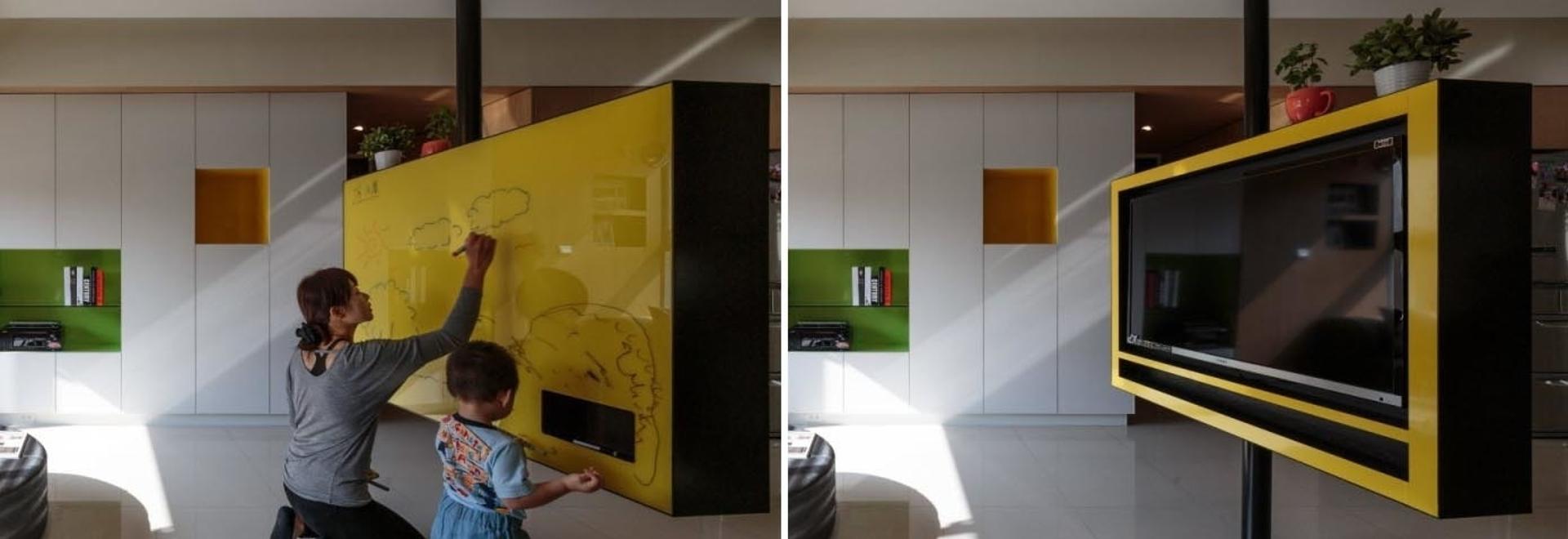 La TV in questo appartamento ha un tabellone per la cancellazione a secco sul retro e può ruotare per essere utilizzato da qualsiasi direzione