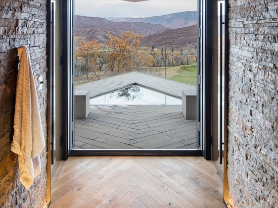 Questa nuova casa placcata nell'azione corrosiva degli elementi dell'acciaio si siede su Hillside in Colorado
