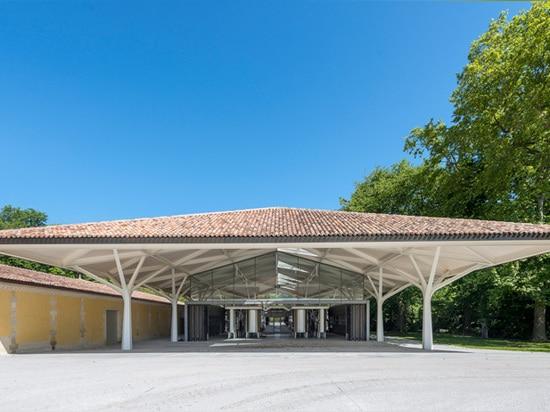 il tetto lanciato contiene uno spazio flessibile aperto qui sotto