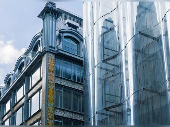 La facciata di vetro segna una delle entrate