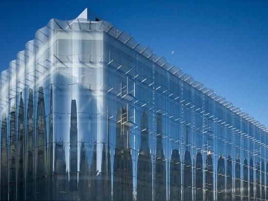 La facciata continua ondulata è stata una parte controversa del progetto