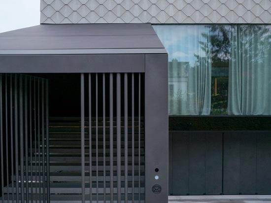 """OFIS inserisce un atrio lustrato interno nel cuore """"del portico della casa"""" a transferrina"""